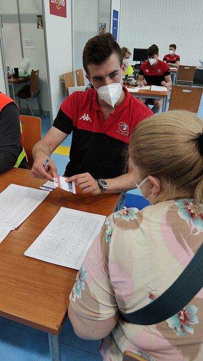 Znojemští Orli pomáhají v očkovacím centru.