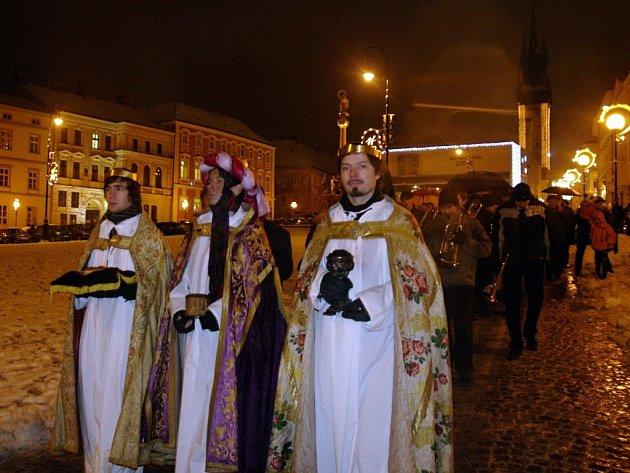 Posledními hudebními vystoupeními a tradičním vítáním Betlémského světla skončil o víkendu na Horním náměstí program Znojemského adventu.