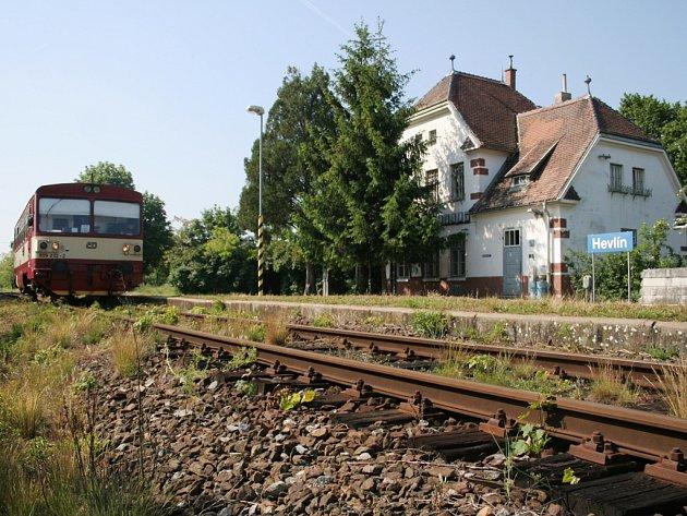 Poslední vlak přijede do železniční stanice Hevlín poslední červnový den.