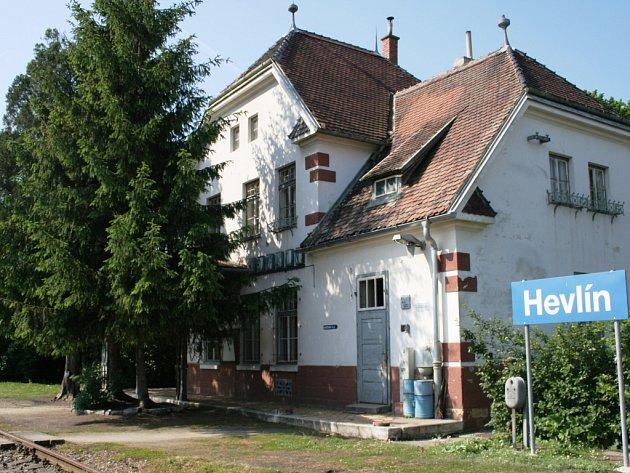 Železniční stanice Hevlín.