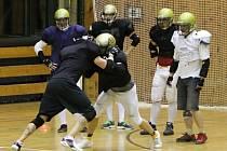 Rytíři při halovém tréninku. Podle trenéra hrají nejkontaktnější a nejtaktičtějsí sport planety.