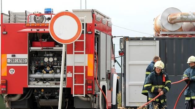 Hasiči zasahovali v pátek odpoledne při požáru starfostanice u jednoho z kasin v prostoru nákupních center v Hatích u Chvalovic.
