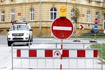 Patrně kvůli úniku plynu je ve Znojmě další uzavírka. Kruhový objezd mezi ulicí Palackého a Jarošova je ve směru do Jarošovy neprůjezdný.