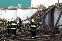 Ve stodole v Dobšicích se zřítila střecha.
