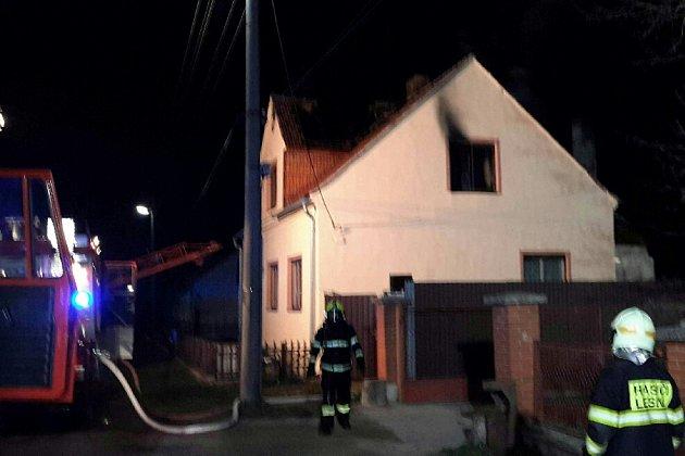 Při požáru vŠumné zemřela starší žena. Muže transportovali do nemocnice vrtulníkem.