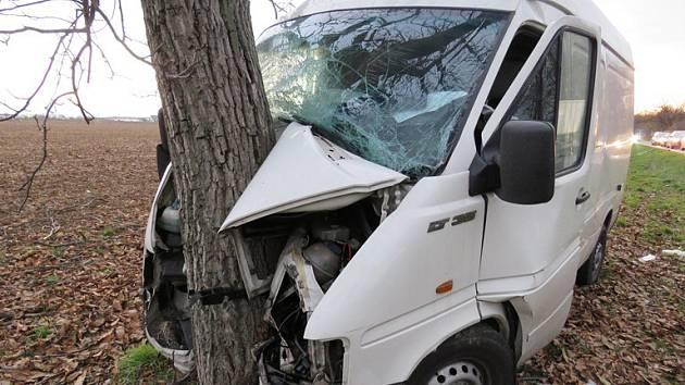 Nehoda u Znojma. Dodávka narazila do stromu.