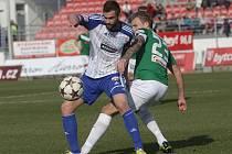 Fotbalisté Znojma (v modrobílém Vašíček) rozdrtili Jablonec 4:0.