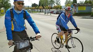 Cyklisté slaví třicet let svobody jízdou po hranici
