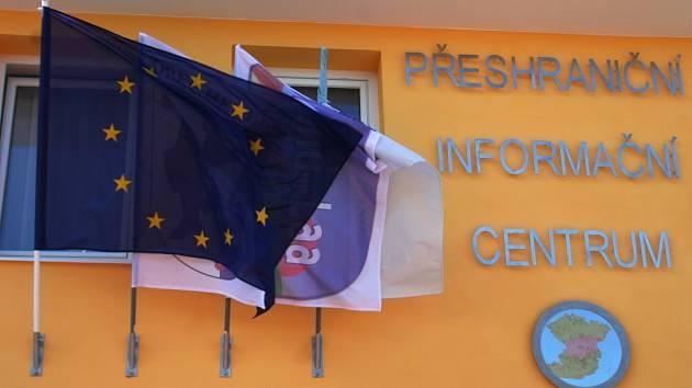 Vlajka Evropské unie vlaje na budově infocentra společně se symboly města Laa an der Thaya a Hevlína.