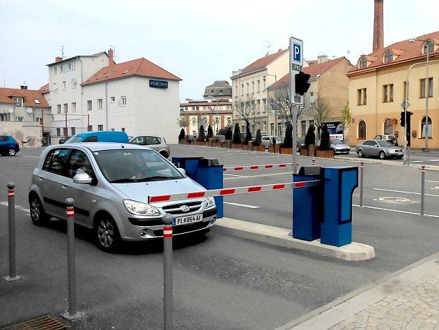 Na rohu ulic Jana Palacha a Sokolská je k dispozici parkoviště se závorami. V pátek 4. dubna 2014 bylo kolem třinácté hodiny poloprázdné.