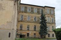 Areál staré nemocnice ve Znojmě je stále na prodej.