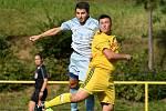 Fotbalisté Dobšic (žlutí) se chystají na novou sezonu v I. A třídě. Trápí je odliv opor do Rakouska.