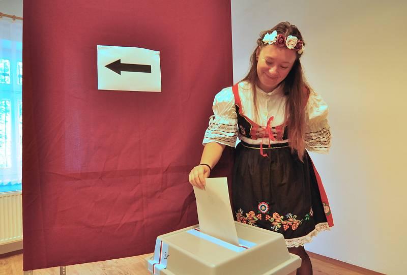 Volby spojili v Kravsku s tradičním posvícením. Do volební místnosti vstoupili krojovaní po sváteční mši v kapli.
