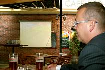 Starosta Petr Nezveda sleduje ve své oblíbené restauraci Corso fotbalové zápasy.