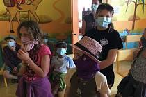 Děti z Ivančic předaly znojemské nemocnici panenky proti strachu.