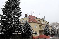 Bývalý areál cizinecké policie v Jaroslavicích přijde případného zájemce na téměř pět a tři čtvrtě milionu korun, za hrušovanský dá o dva a půl milionu méně.