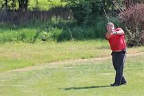 Letošního úvodního golfového turnaje se v sobotu na těšetickém hřišti zúčastnilo na třicet hráčů.