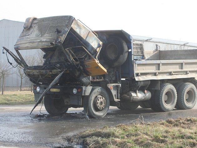 Náklaďák firmy v Damnicích oheň těžce poškodil.