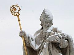 Socha svatého Mikuláše na starém mostě v Grešlovém Mýtě, na hlavní spojnici Znojma a Jihlavy.