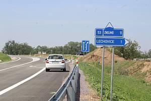V tomto úseku se trasa obchvatu za Lechovicemi směrem na Znojmo napojuje na starou státní sinici.