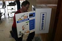 Zaměstnanci specializované firmy instalují automaty na poplatky
