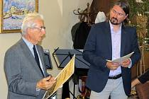 """Vlevo je oceněný Jindřich Kania, který odvádí dlouhá léta nezištnou práci při vydávání zpravodaje """"Život farností Znojma"""". Snímek z loňského ročníku."""