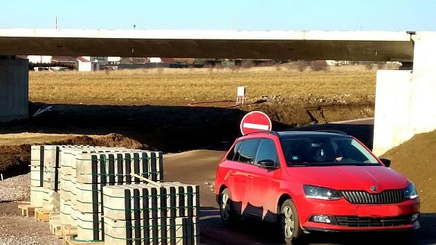 Desítky řidičů porušují zákaz vjezdu a využívají dočasné zkratky ze Znojma do Přímětic kolem židovského hřbitova. Policie na místo jezdí a přestupce pokutuje.