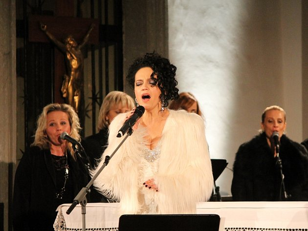 Adventní turné s názvem Bílé Vánoce Lucie Bílé odstartovala populární zpěvačka v úterý večer v dominikánském kostele ve Znojmě.