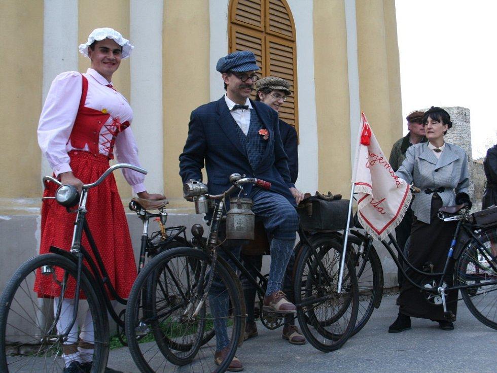 Na spanilou jízdu na historických bicyklech se  v neděli vydali fandové archaické techniky.