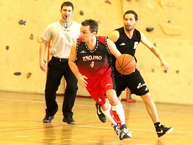 Petr Kozák hraje a trénuje.