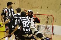 Znojemští florbalisté (v tmavém) si v sedmém kole první ligy připsali letošní druhou porážku.