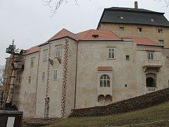 Řemeslníci finišují s opravami interiérů na zámku v Miroslavi.