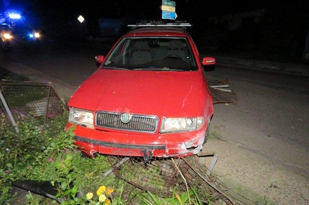 Nejspíš příliš vysoká rychlost vkombinaci sodvahou, dodanou alkoholem, stojí za noční havárií, kterou řešili policisté vSuchohrdlech uZnojma.