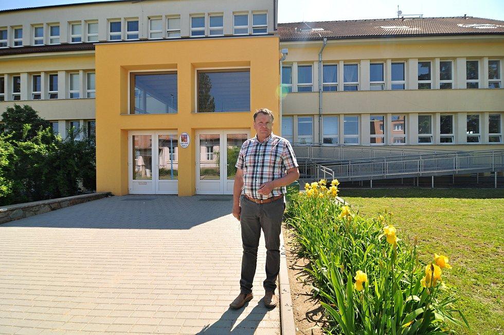 Starosta Božic Karel Hala (na snímku) před základní školou