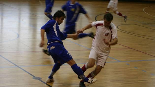 Hráč Sport Baru Yonov (v modrém dresu) v souboji s kapitánem Fanclubu Železným