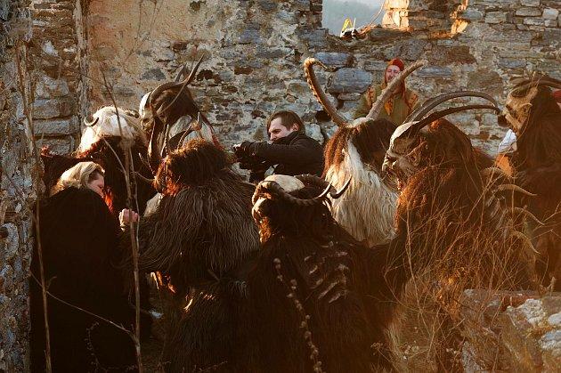 Znojemský kameraman Jiří Gombár (uprostřed bez masky) zaznamenal ivideoklip znojemské kapely Lucrezia Borgia očertech Krampusácích.