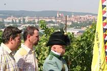 Jiří Hort (uprostřed) a Ladislav Mucha (v dobové uniformě) při představování projektu.