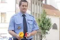 Preventista Městské policie Znojmo Petr Hladký ukazuje nádobu, do které vkládají strážníci použité injekční stříkačky a jehly, nalezené po drogově závislých ve Znojmě a okolí.