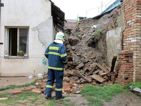 Po vydatném dešti se sesunula půda vmiroslavské Údolní ulici. Tuny zeminy zcela zničily původní opěrnou zeď a částečně poškodily dům. Nikdo se při sesuvu půdy nezranil.