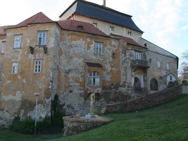 Chátrající zámek v Miroslavi.