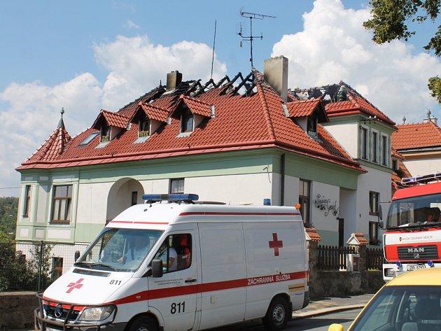 Několik hasičských jednotek zamířilo v úterý ve čtvrt na dvanáct k oznámenému požáru rodinného domu na Dyjské uiici ve Znojmě. Vedle znojemských profesionálů zasahují dobrovolné jednotky ze Slupi a Šatova. Požár zachvátil celou střechu dvoupatrového rodin