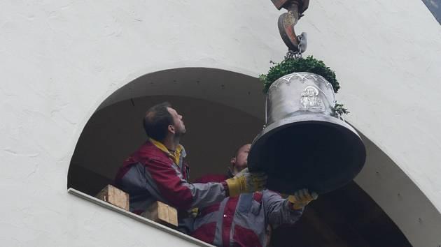 První zvon pro zbrusu nový kostel sv. Ducha v Šumné na Vranovsku posvětil v sobotu večer generální vikář brněnské diecéze Jiří Mikulášek.