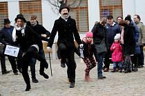 Neobvyklou chůzí zdolali centrum města nadšenci, kteří se zapojili do švihlého pochodu pořádaného na počest skupiny Monty Python.
