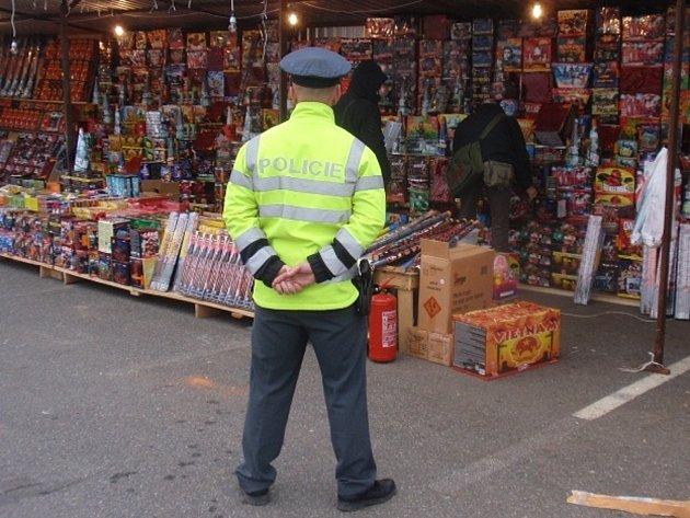 Další z pravidelných kontrol zábavní pyrotechniky mají za sebou policisté ze Znojemska. Ti se ve středu zaměřili na asijskou tržnici na Hatích, kde tamní trhovci petardy ve velkém nabízejí.