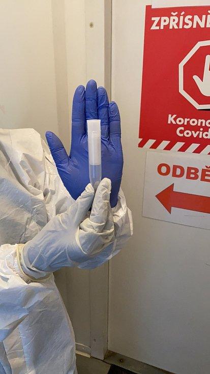 Ve Znojmě začínají s šetrným testováním dětí. PCR test udělají ze slin.