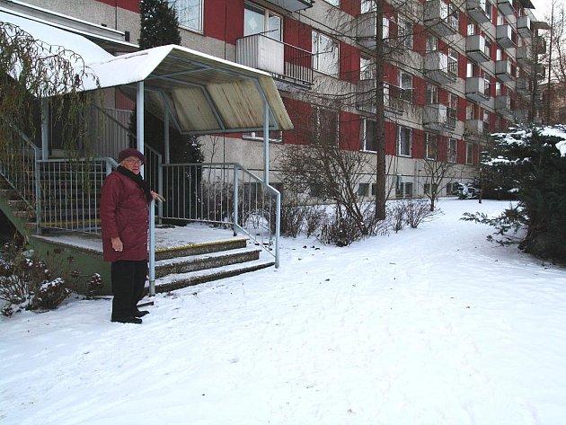 Zasněžený a neodhrnutý sníh na chodnících u Domova pro seniory U Lesíka.
