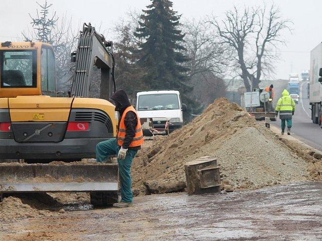 Výměna potrubí při výjezdu ze Znojma potrvá do jara.