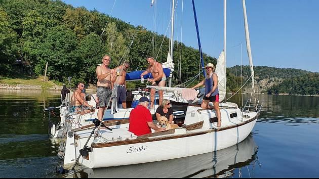Yachtaři z Yacht klubu Vranovská přehrada bojují s nařízením, které jim nedovoluje používat motory na malých lodích.