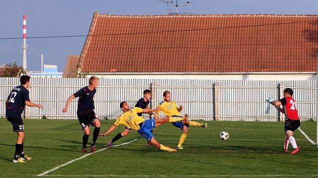 Fotbalistům Tasovic (ve žlutém) se nedařilo proměňovat šance ani proti Rosicím.