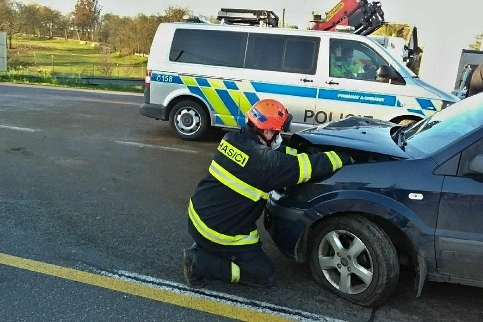 Ve čtvrtek ráno havarovla v obci Grešlové Mýto dvě auta. Skončila ve výkopu na opravovaném mostě.
